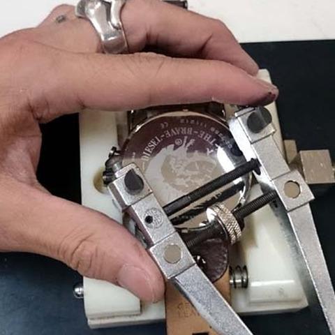DIESEL (ディーゼル) の 腕時計の電池交換2