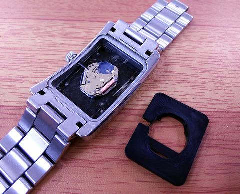 アルマーニの時計の電池交換1