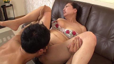 壮絶悶絶の気品溢れる還暦熟女62歳の豊満セクシーボディ11