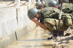 泥水で顔を洗う自衛隊員「被災者に水を優先しているんです…」