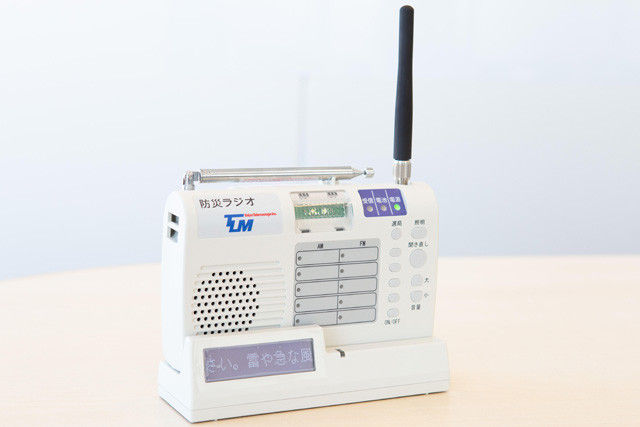 建物の奥まで電波が届くというポケベルの周波数の特徴を利用して作られた防災ラジオ。音声のみのタイプと文字も出るタイプがある