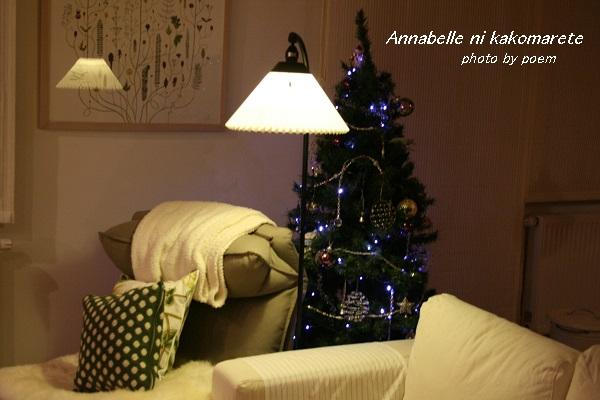 夜のクリスマスツリーとライト