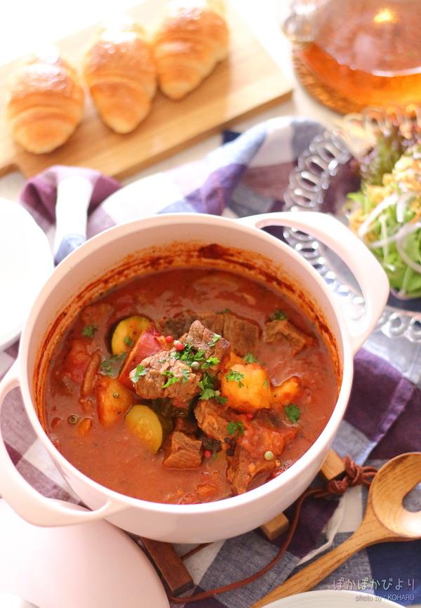 軽くて美しい鋳物ホーロー鍋で、牛肉と野菜のトマト煮&食卓写真
