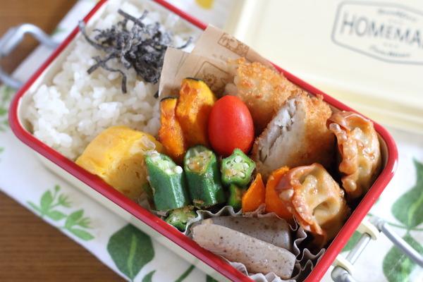 白身魚や揚げ餃子の弁当|揚げている様子・揚げ野菜を加える前と後の比較写真