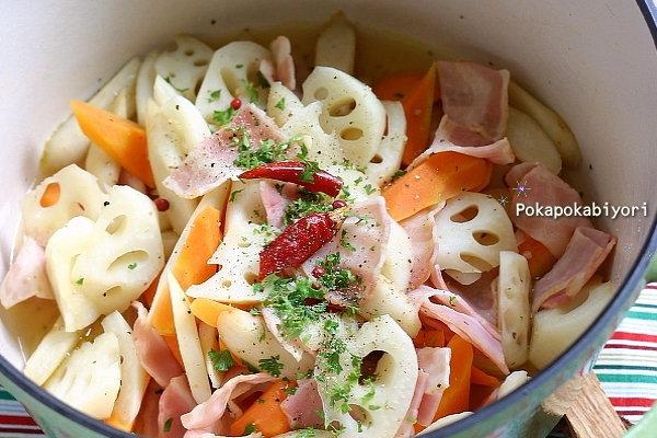 素材の色が綺麗な常備菜!【ごぼうとれんこんの蒸し炒め】レシピ