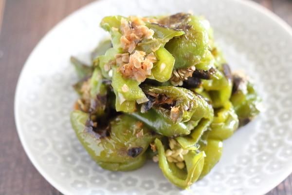 種までおいしすぎる焼きピーマンレシピ|苦味気にならない!