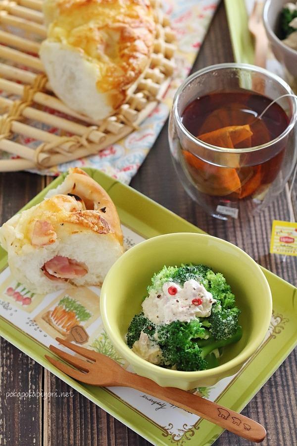 オニオンベーコンチーズブレッドとブロッコリーのシーザーツナサラダの朝ごはん献立写真