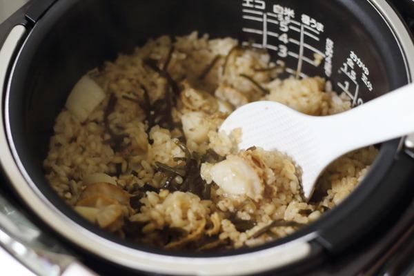 炊き込みご飯を混ぜる