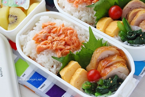 鮭フレークたっぷりの弁当|レシピは【レンジで作るチキンロール】
