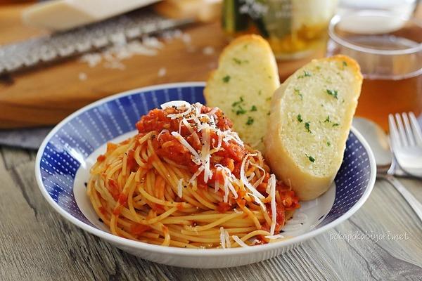 【レシピ】ツナトマトパスタ+簡単ガーリックブレッド|献立写真付き