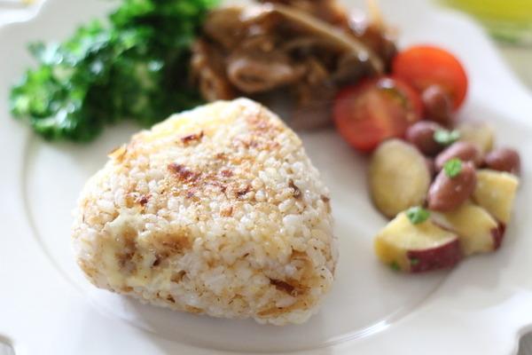 ふっくらふわふわの焼きおにぎりを作るコツ~【おかかチーズ焼きおにぎり】レシピ