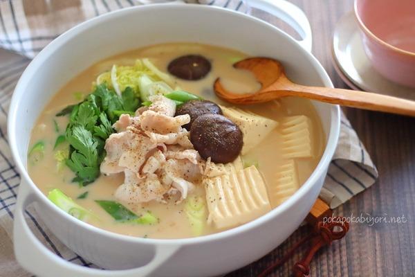 鶏がらスープや牛乳で作る!美味しい【とんこつ醤油鍋】レシピ|市販の鍋の素より安く+美味しく+たくさん!