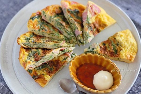春菊とハムのペタンコ焼き|バリエーション豊富なフライパンで作る卵料理