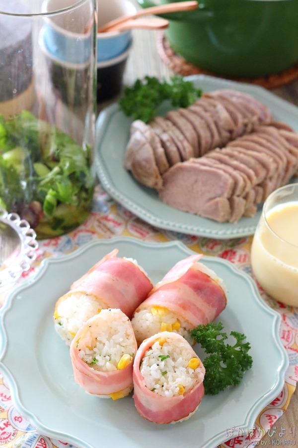 コーン・チーズ入りの【ベーコン巻き】おにぎり&お昼ごはんの写真