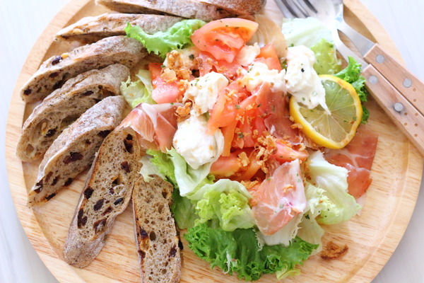 ドレッシングいらず!ハーブミックスで豪華な洋風サラダ