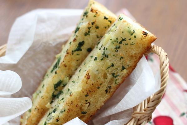 絶品ガーリックブレッド ~バター&オリーブオイル、みじん切りニンニクや パセリをたっぷりと!