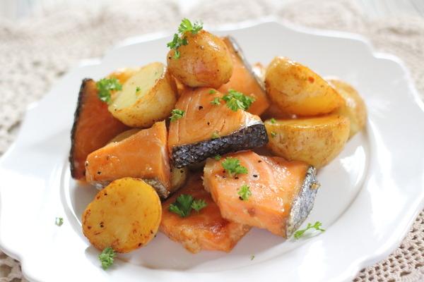 鮭とじゃがいもの醤油バター炒め &今日の晩御飯の献立写真