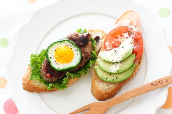 ヘッダー画像にも入ってます→ミニ目玉焼きハンバーグのオープンサンド & 中学校の給食で一番人気のメニューは???