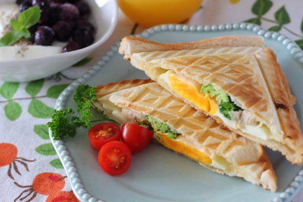 鶏ハムと目玉焼きのホットサンド|パンでもたんぱく質意識中(ランチ日記)
