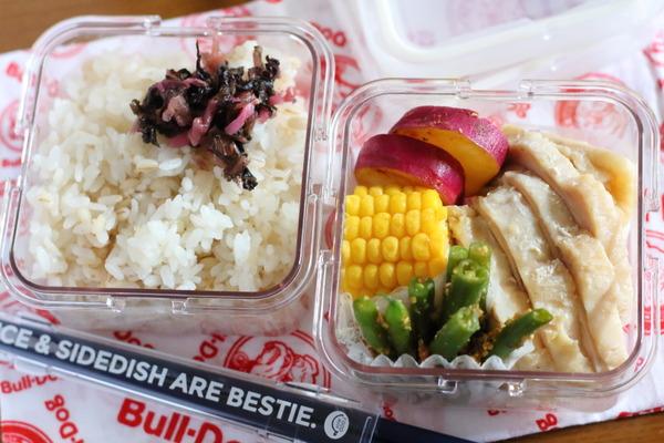 簡単弁当:レンジで鶏ハムをしっとり柔らかく作るコツ|週末のご飯日記(献立写真)
