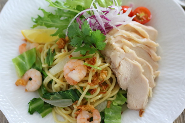 新しいチューブ調味料で 本格的なエスニック風焼きそばを作ってみた!|タイ風クッキングペースト「ナンプラーミックス」