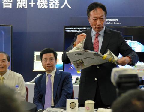 【東芝】鴻海(ホンハイ)会長、東芝メモリ入札で日本政府批判「鴻海の邪魔をした」 会見で新聞破り怒りあらわ