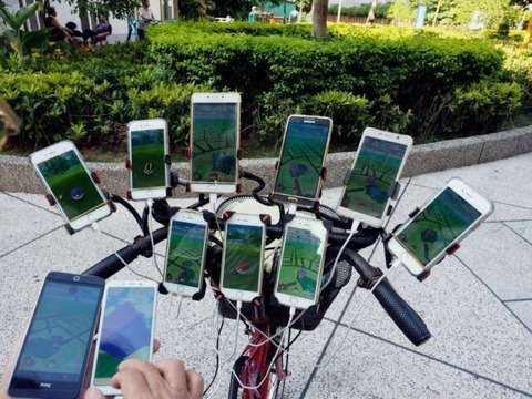 grandpa-doing-pokemon-go-with-eleven-smartphone-6