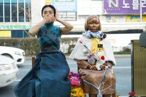 釜山民芸総、釜山日本領事館前での「少女像守り踊り」を29日に終了 2ch「平和ボケ国家wwwwww」「なんですぐに踊りだすの?」「ぷーwwwナゾの踊り再びwww」