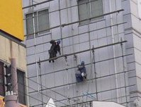 ICI石井スポーツ_外観_むこうに壁面を工事しているとび職が見える_UP