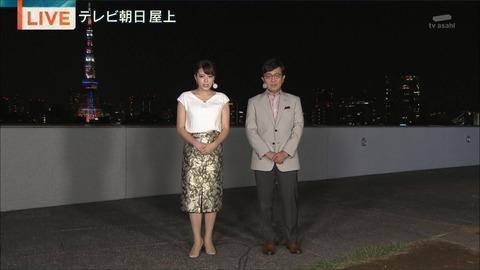 柄スカート×白トップスの三谷紬さん!