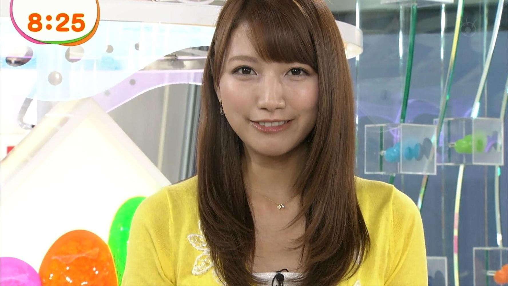 黄色いカーデガン姿の三田友梨佳。
