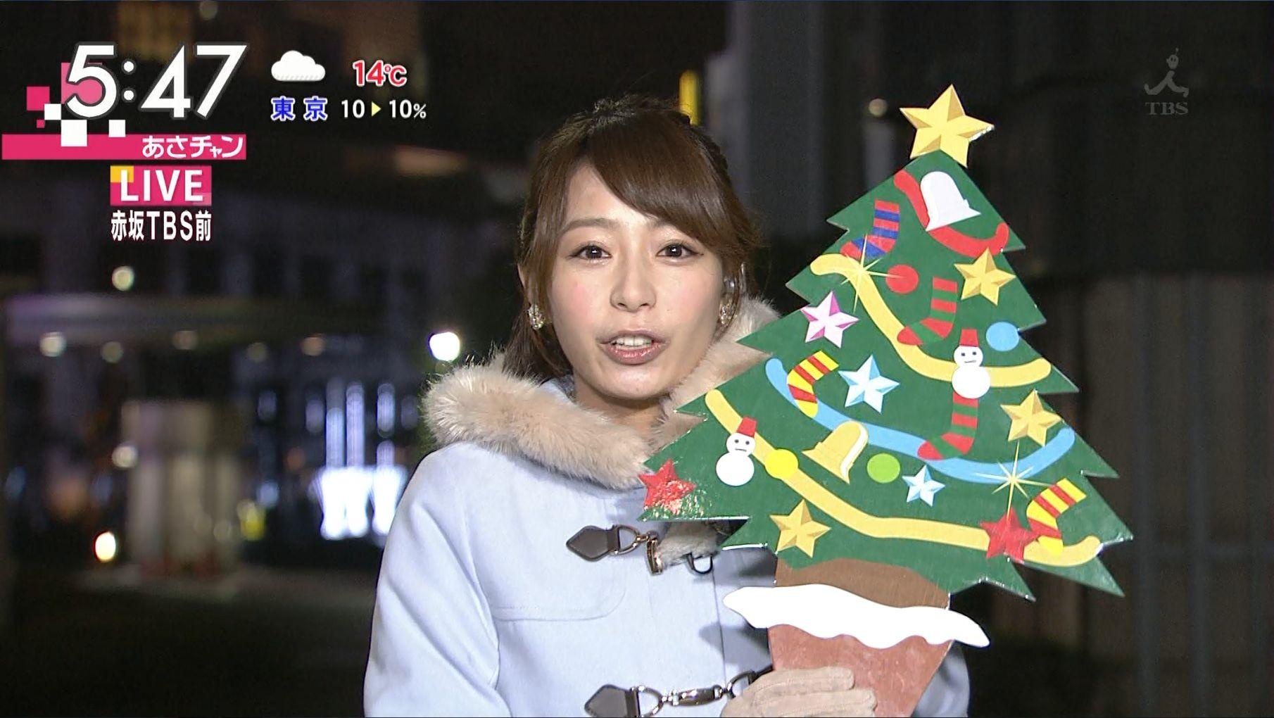クリスマスツリーを持つ宇垣美里