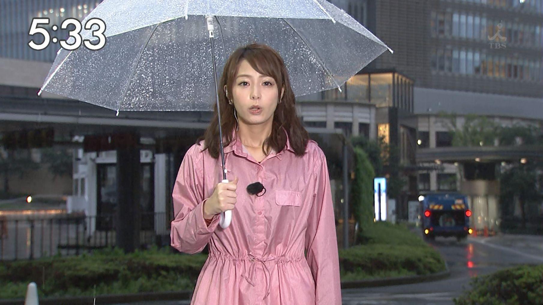 雨の中仕事をこなす宇垣美里