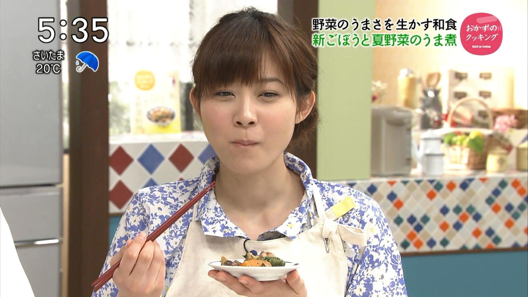 試食する久冨慶子
