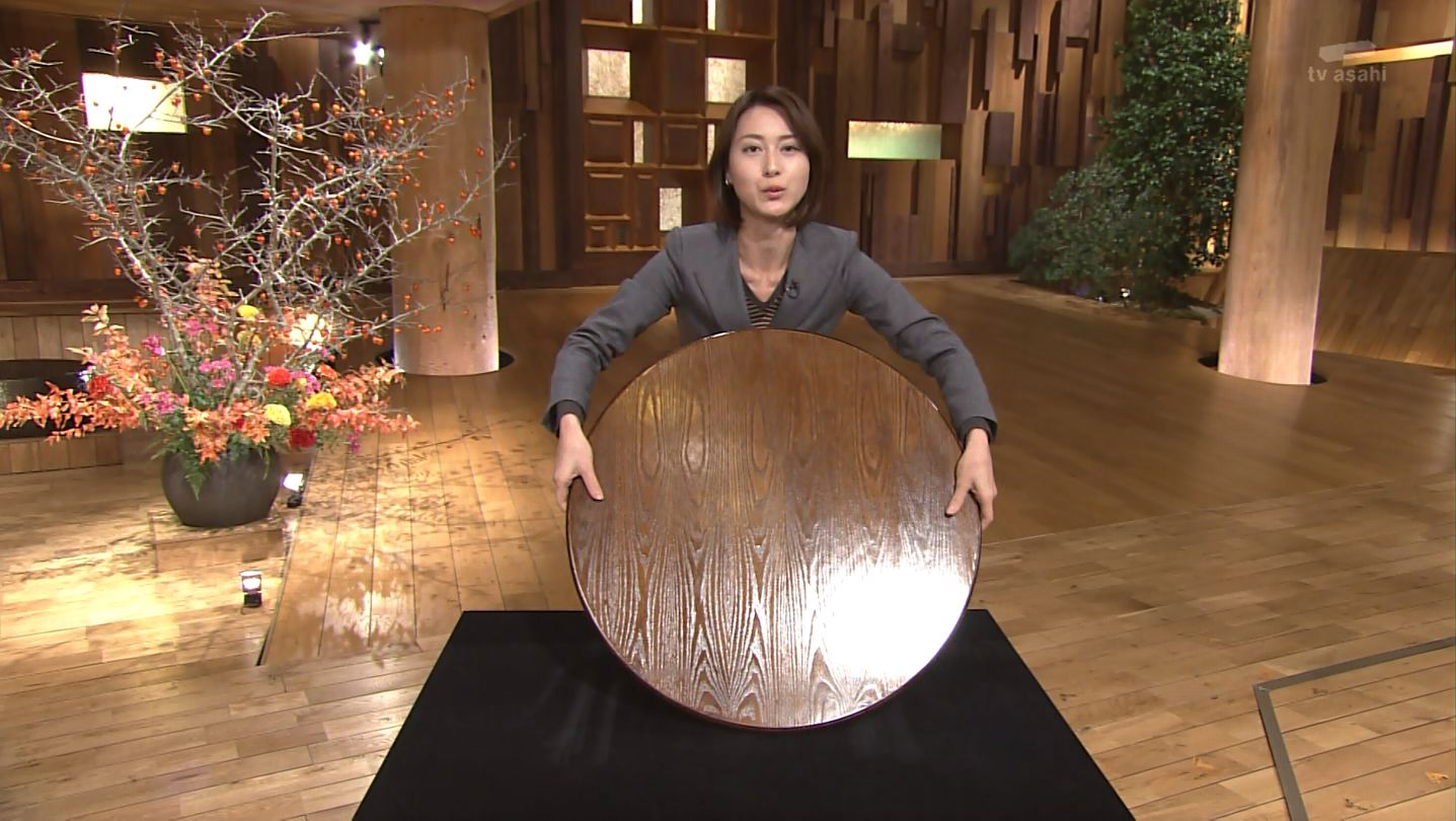 大きな丸い板を両手で持つ小川彩佳