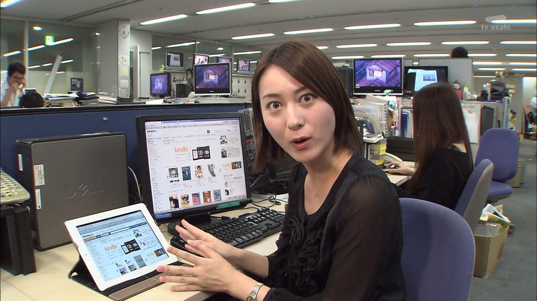 デスクワーク中に驚いた表情でみつめる小川彩佳