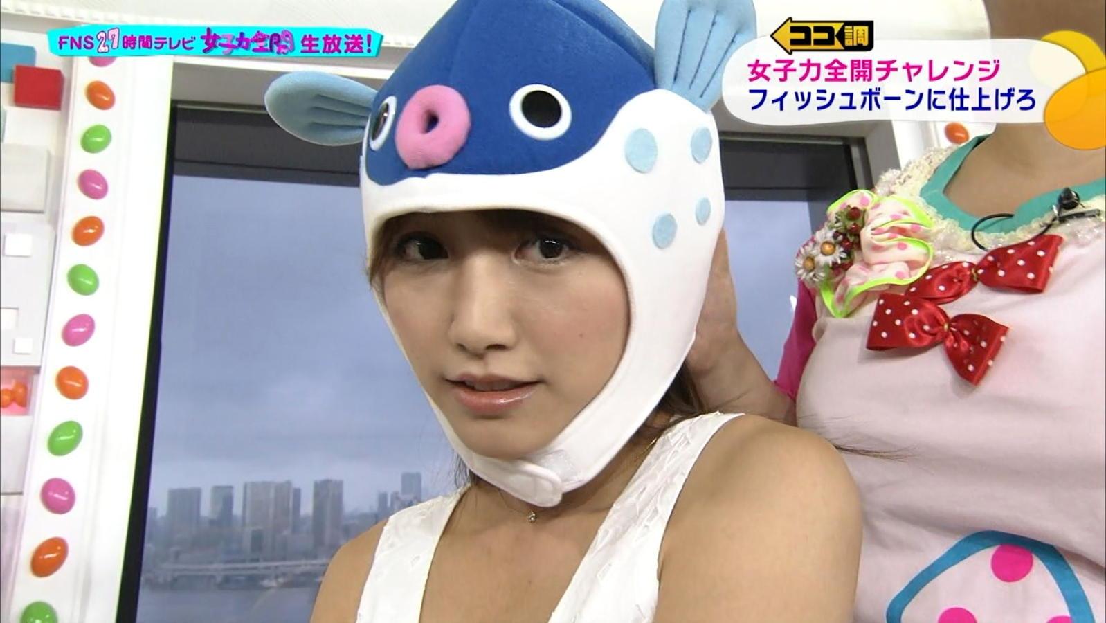 お魚のかぶりものがお茶目な三田友梨佳。