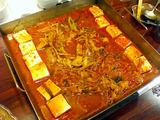 寿 テッチャン鍋に豆腐投入