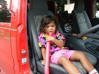 140727レナ消防車座席