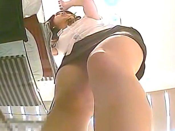 【パンチラ盗撮動画】タイトミニのショップ店員さんが最高過ぎ!この体勢でフトモモとパンティ見せられるとタマランw