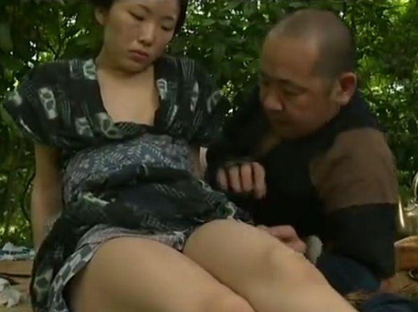 【近親相姦】野良仕事で汗ばんだ親父のチ●ポをブチ込まれて満たされる素朴な女!ヘンリー塚本
