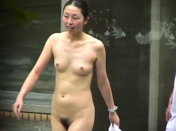 «盗撮映像»家族旅行中の母親と娘が女子風呂で全裸を撮影された!娘の裸体を超えてるお母さんの肉体美www