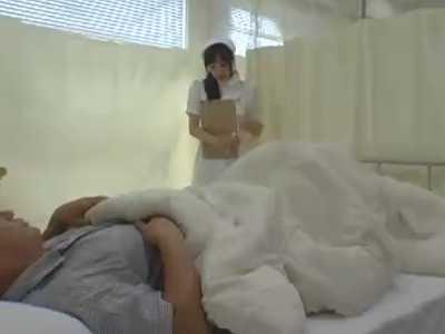 センズリを見られて慌てて布団で隠す入院患者!知らない振りする若い看護婦たち