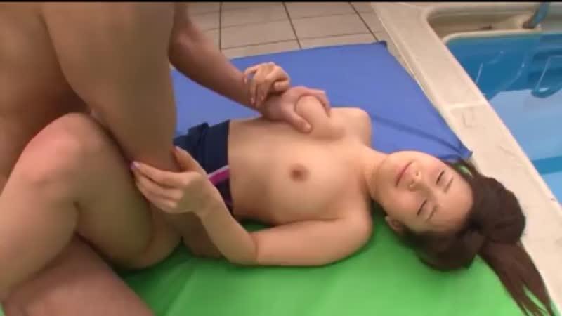 水泳の先生が「やる気出させてあげる!」フェラ!プールサイドでハメて顔射