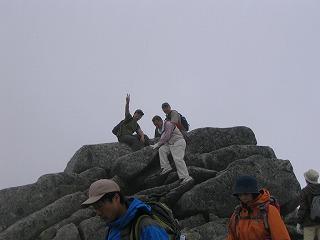 中岳山頂に座る二人