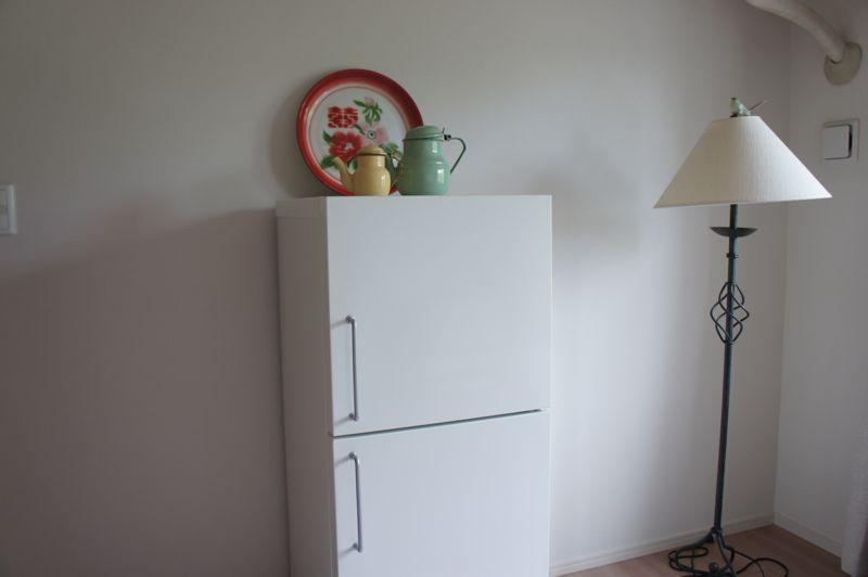 別宅で使っていた小型冷蔵庫(137リットル)をオークションに出品しています。 2006年製の無印良品の冷蔵庫です。 先日まで問題なく使用していました。