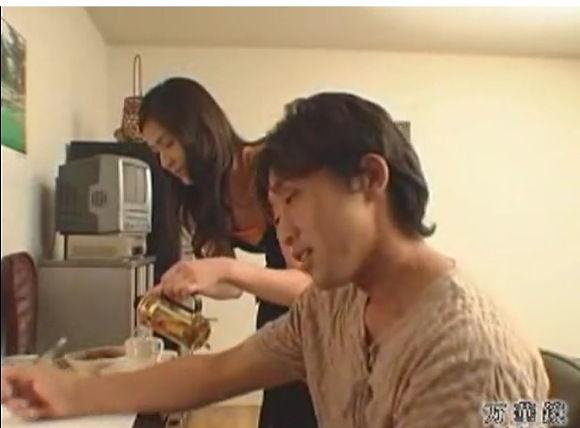 【人妻 ぽっちゃり・デブ動画】[爆乳]奥さんがコーヒーを入れています!巨乳人妻動画です。