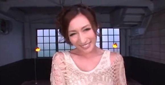 【JULIA ぽっちゃり・デブ動画】[爆乳]JULIAさんがニヤニヤ笑っています!巨乳人妻動画です。