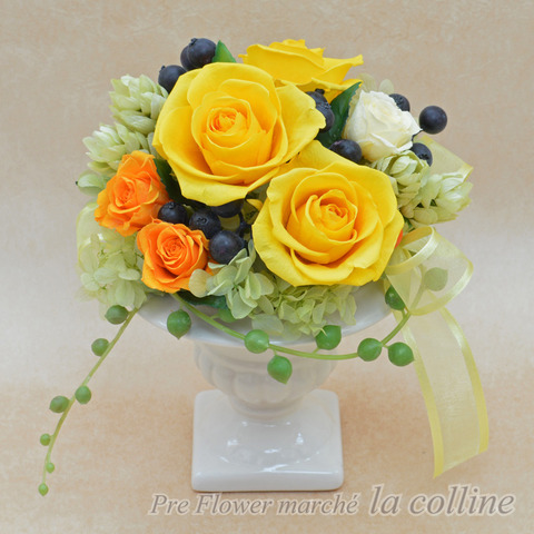 大きな黄色いバラとベリーのフェミニンアレンジ
