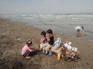 b砂浜で遊ぶ